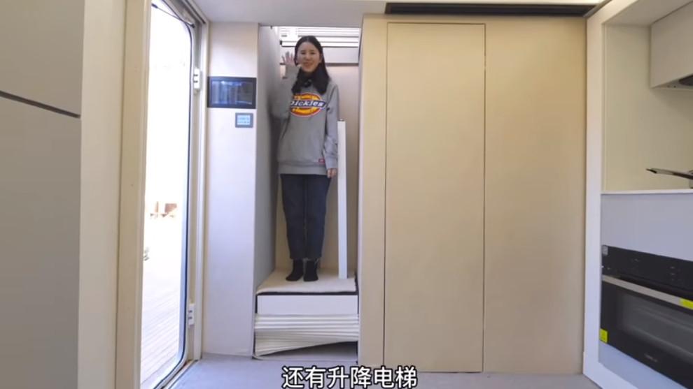Se accede a la planta de arriba gracias a un pequeño ascensor para una persona.