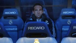 Christoph Metzelder, sentado en el banquillo en su etapa en el Real...