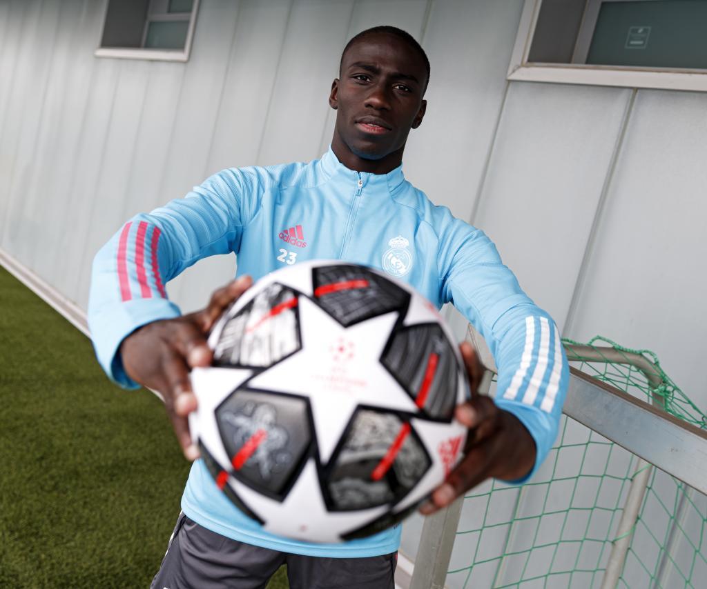 Mendy posa con el balón de la Champions League