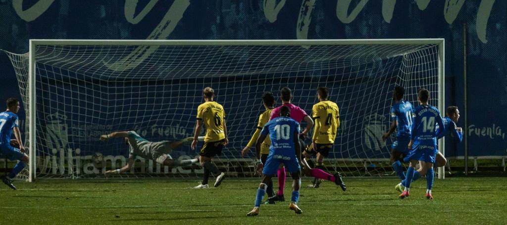 Borja Garcés sale corriendo para celebrar el definitivo gol del...