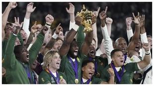 Siya Kolisi levanta la Copa del Mundo para Sudáfrica, en Yokohama.