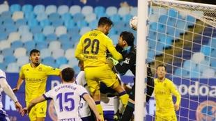 José León salta en el gol que se marcó el meta Cristian Álvarez