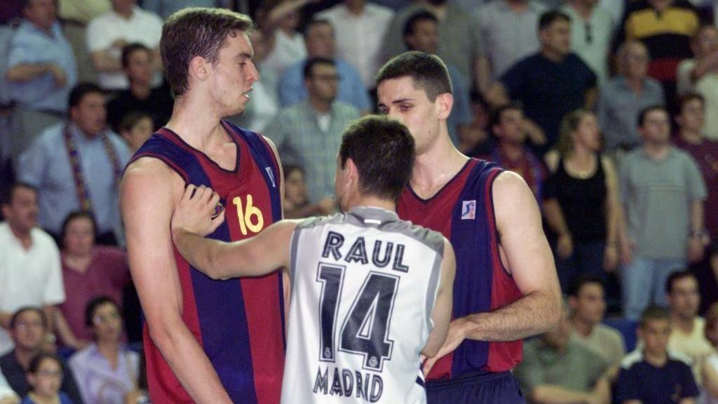 Pau Gasol, con Raúl López y Rodrigo de la Fuente.