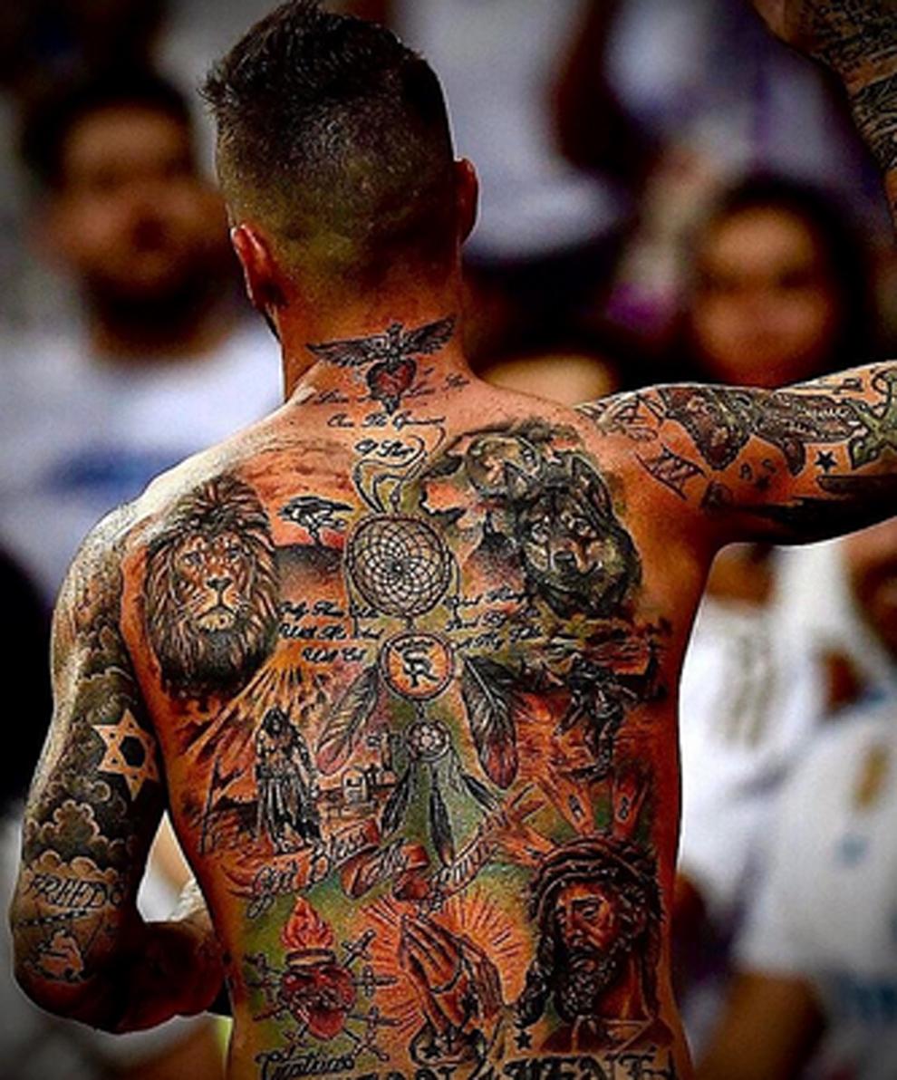 Sergio Ramos muestra sus tatuajes en la espalda y los explica en...