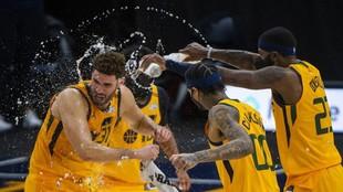 Los jugadores de los Jazz celebran el triunfo sobre los Hornets.
