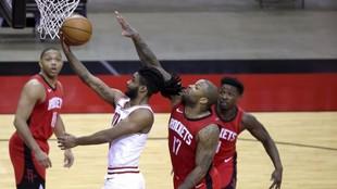 Coby White entra a canasta en el partido ante los Rockets.