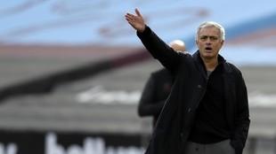 Mourinho da una indicación en un partido del Tottenham.