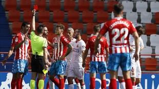 El colegiado muestra una tarjeta roja a Pita en el Lugo-Mallorca.