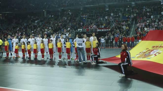 La selección española escucha el himno durante la final del Europeo...