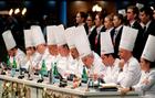 Miembros del jurado prueban los platos durante la final del concurso...