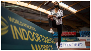 María Vicente posa junto a una valla publicitaria del Indoor World...