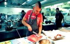 Dabiz Muñoz cocinando en su restaurante StreetXo.