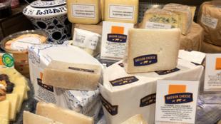 Diferentes quesos a la venta en un supermercado gourmet.