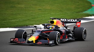 Checo Pérez, con el nuevo casco amarillo sobre un Red Bull RB15 de...