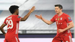 Lewandowski festeja su gol con el que pasa a Raúl.