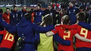 Jugadoras y cuerpo técnico de la selección española se abrazan tras...