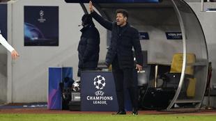 Simeone da órdenes desde la banda en el partido contra el Chelsea.
