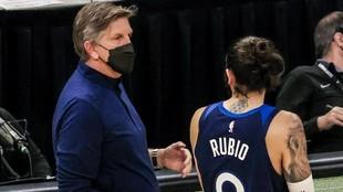 Ricky Rubio dialoga con el entrenador Chris Finch durante un partido.
