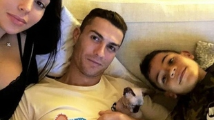 La familia de Cristiano posando con el gato 'Pepe'