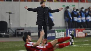 Simeone protesta una acción durante el encuentro frente al Chelsea.