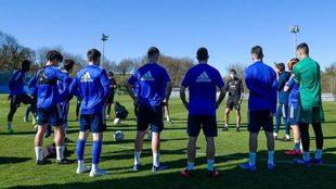 Los jugadores y el cuerpo técnico del Oviedo charlan durante un...