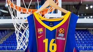 La camiseta de Pau Gasol cuelga de uno de los aros del Palau.