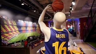 Un maniquí con la camiseta de Pau Gasol preside ya la tienda oficial...