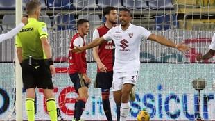 Gleison Bremer, jugador del Torino, protesta al colegiado en un...