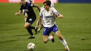 Francho Serrano conduce el balón durante un partido en La Romareda.