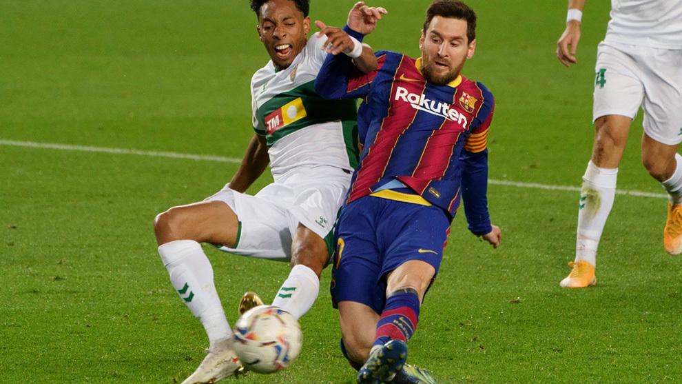 Messi remata en la jugada que abrió el marcador ante el Elche