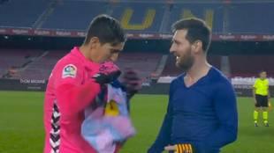 Surrealista momento: Badía pide la camiseta a Messi... y deja al argentino con esta cara