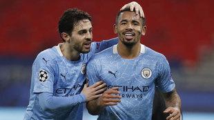 Bernardo Silva y Gabriel Jesus celebran el gol del brasileño