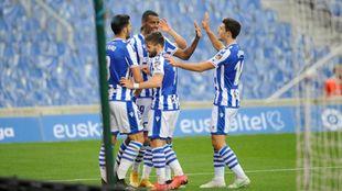 Isak celebra uno de sus goles al Alavés con Merino, Portu y Guevara.