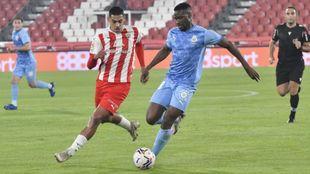 Samú Costa intenta frenar el avance de Sylla en el partido ante el...