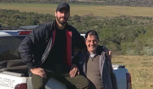Alisson Becker junto a su padre, José Agostinho Becker, fue fue...