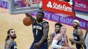 Zion Williamson hace un mate en el partido ante los Pistons.