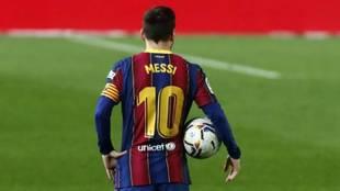 Leo Messi sostiene el balón en el partido del miércoles ante el...