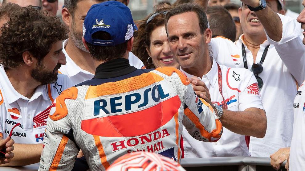 Alberto Puig, con Marc Márquez.