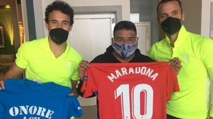 Luis Milla y Roberto Soldado con Hugo Maradona en Nápoles