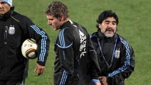 Martín Palermo y Diego Armando Maradona, con la selección argentina.