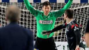 El egipcio Sanad ante el danés Niklas Landin en la tanda de penaltis...