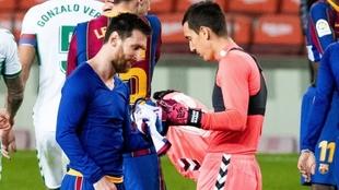 Messi y Badía compartiendo la camiseta tras el Barça-Elche