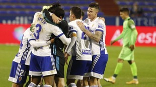 Cristian Álvarez se abraza a sus compañeros en un partido.