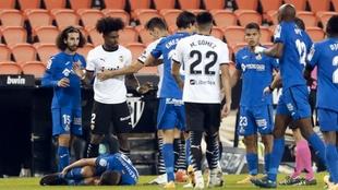 Trifulca en el partido disputado en Mestalla antes de la expulsión de...