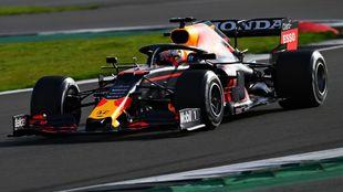 Max Verstappen, sobre el Red Bull, en Silverstone.