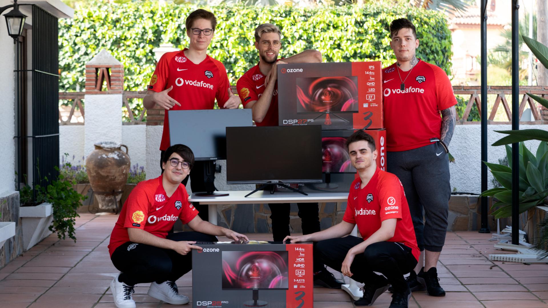 El equipo de Vodafone Giants posa con los componentes de su...