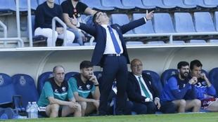 Anquela gesticula mirando al cielo de Tenerife durante el partido...