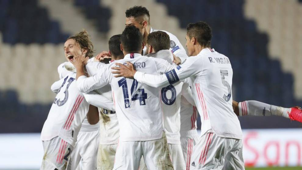 Los jugadores del Real Madrid celebran el gol de Mendy al Atalanta.
