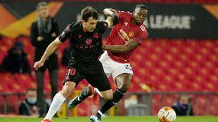Oyarzabal pugna por un balón con Wan-Bissaka, en Old Trafford.