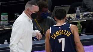 Mike Malone, entrenador de los Nuggets, habla con Facundo Campazzo.
